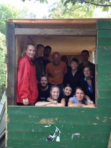 Gruppenfoto in Holzhütte
